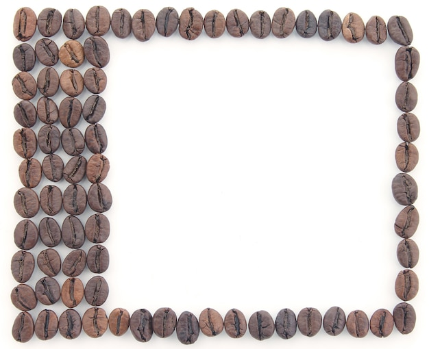 Cadre fait de grains de café sur fond blanc. créativité et travail manuel