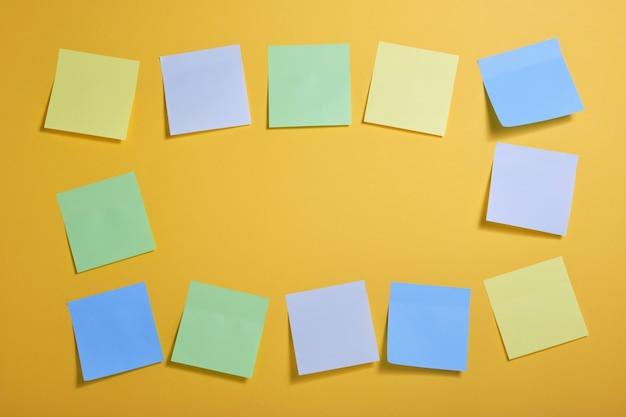 Cadre fait de notes autocollantes de couleur vive sur fond jaune, espace de copie