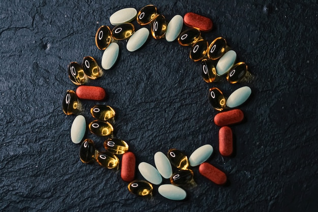 Cadre fait de pilules médicales comme fond plat, gros plan de santé et de bien-être