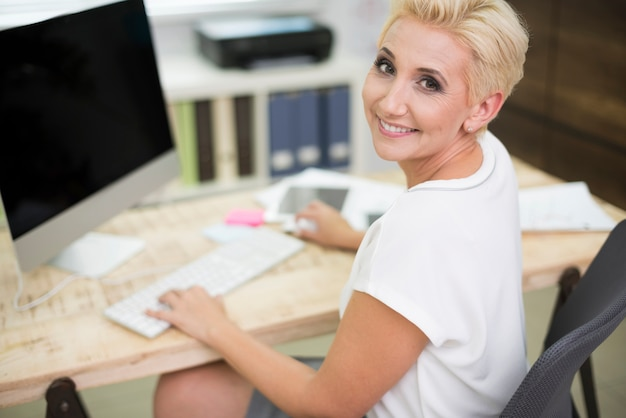 Cadre féminin à son bureau