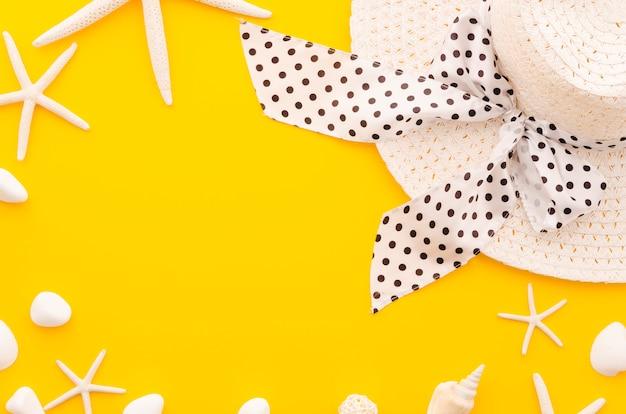 Cadre de femme chapeau de paille avec des étoiles de mer
