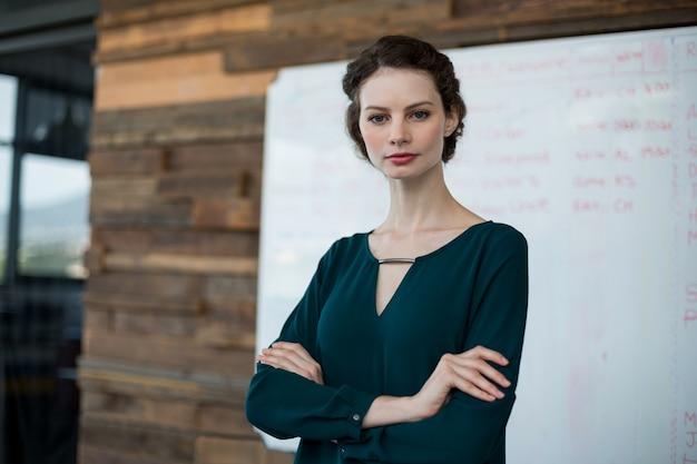 Cadre femme debout avec les bras croisés au bureau