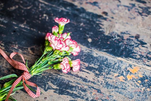 Cadre festif avec fleurs d'oeillets