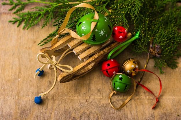 Cadre de fête de noël avec sapin et grelots