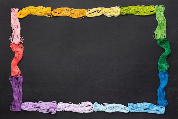 Cadre de fil coloré à plat