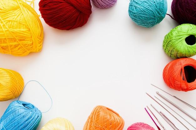 Cadre de fils colorés et accessoires de tricot