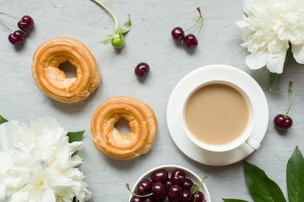 Cadre flan gâteaux fleurs de cerisier pivoine bloc-notes thé tasse.