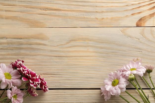 Cadre de fleurs d'automne de chrysanthèmes sur un fond en bois naturel. vue de dessus
