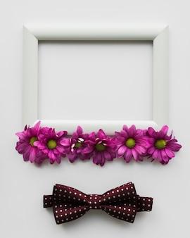 Cadre avec fleurs et noeud