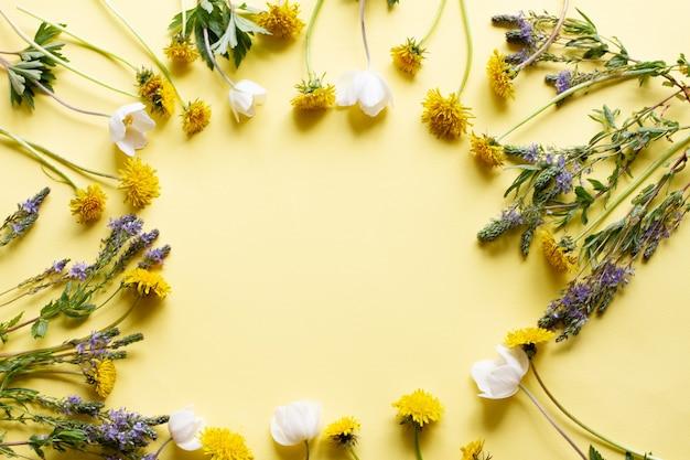 Cadre de fleurs sauvages sur jaune