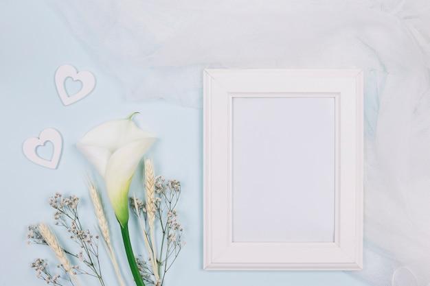 Cadre avec fleurs et voile de mariée