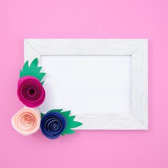Cadre floral blanc sur fond rose