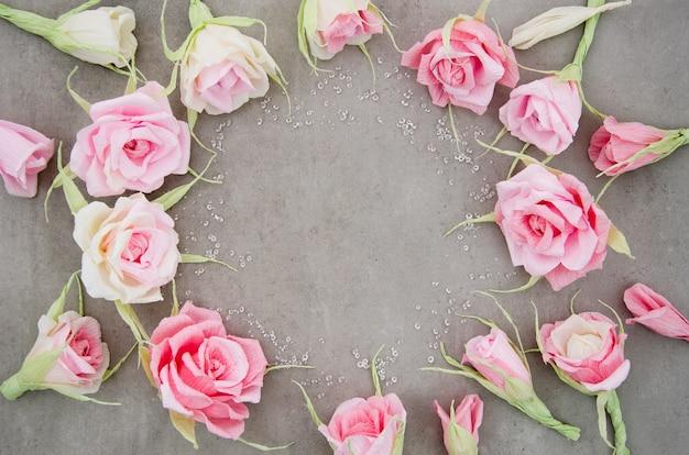 Cadre floral sur fond de ciment