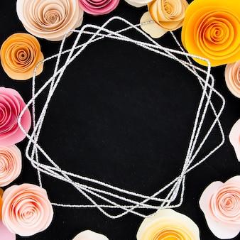 Cadre floral sur fond noir