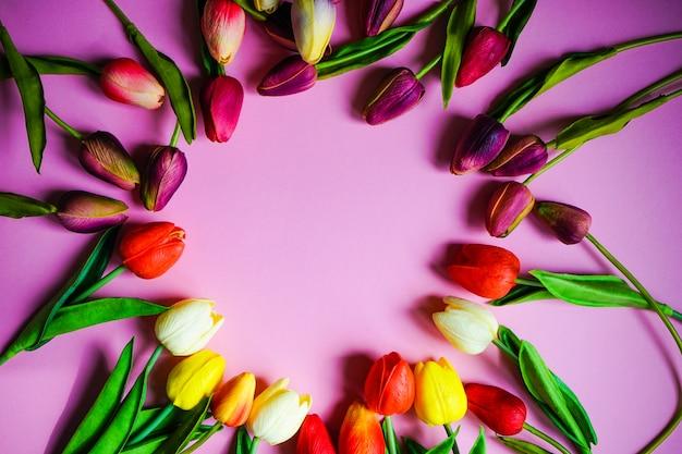 Cadre floral de printemps sur fond violet