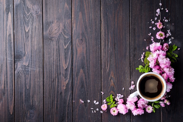 Cadre floral avec une tasse de café