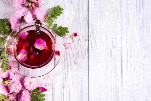 Cadre floral avec une tasse de thé