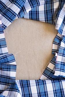 Cadre formant un tissu à carreaux bleu et blanc