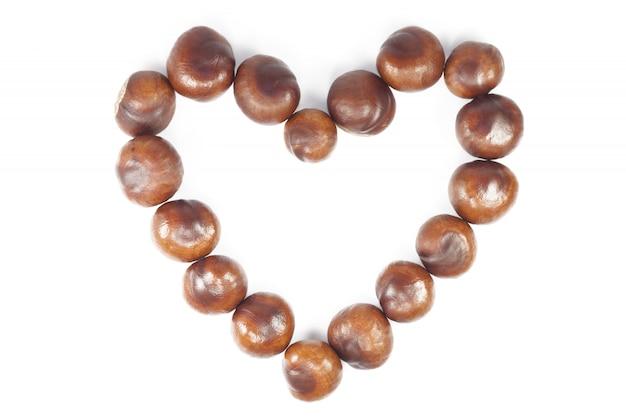 Cadre en forme de coeur marron naturel automne sur fond blanc