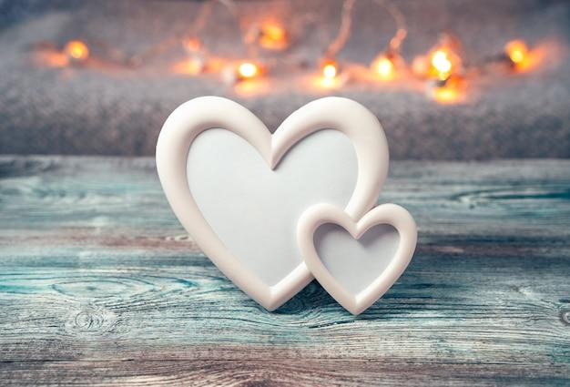 Cadre en forme de deux coeurs sur fond de lumières allumées.