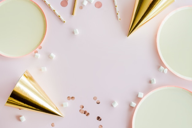 Cadre de fournitures de fête d'anniversaire. fond rose poussiéreux