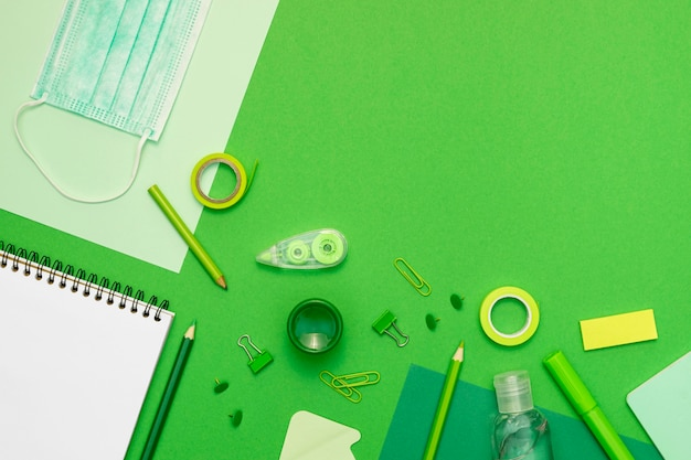 Cadre avec fournitures sur fond vert