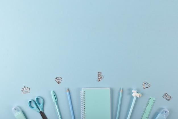 Un cadre de fournitures scolaires aux couleurs pastel bleu sur fond bleu clair, une place pour le texte. retour à l'école. c'était plat.