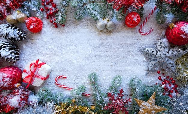 Cadre de frontière de noël sur la neige blanche