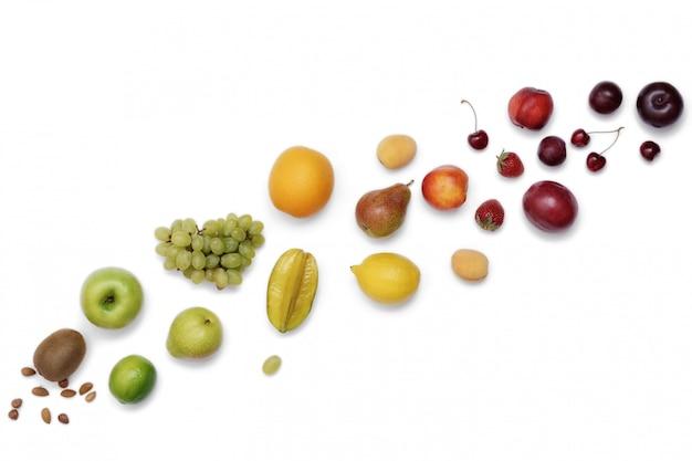 Cadre de fruits de couleur arc-en-ciel sur un tableau blanc. suivre un régime alimentaire sain.