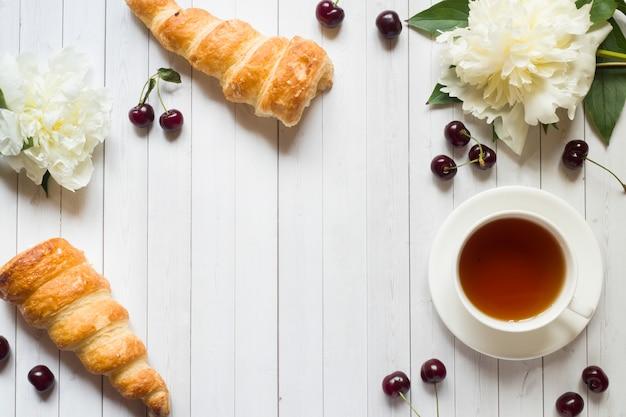 Cadre, gâteaux, fleurs cerise, pivoine, tasse, thé
