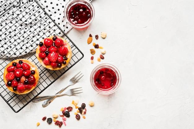 Cadre de gâteaux fruités avec copie-espace