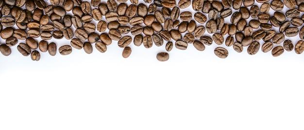 Cadre de grains de café sur blanc