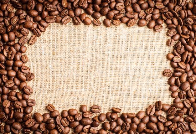 Cadre de grains de café renversé sur du textile en toile de jute