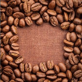 Cadre de grains de café renversé sur textile en lin