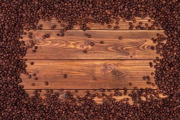 Cadre de grains de café sur une table en bois marron