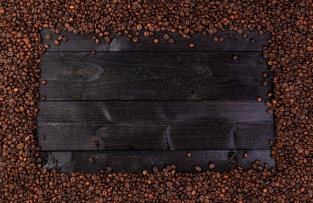 Cadre en grains de café torréfiés sur fond noir