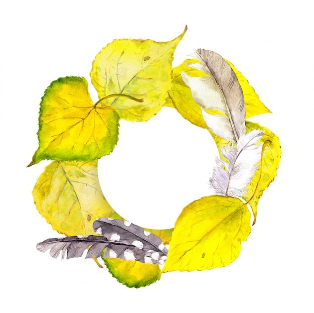 Cadre de guirlande d'automne avec des feuilles et des plumes jaunes