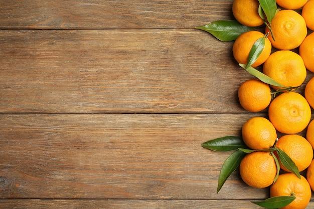 Cadre horizontal fait de mandarines sur fond de bois