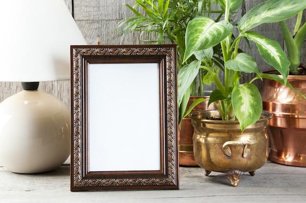 Cadre d'image brun vide sur fond en bois.