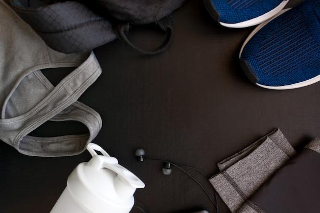 Cadre avec l'image d'un uniforme de sport, chaussures, sac à dos, hauts, titsy, shaker, casque