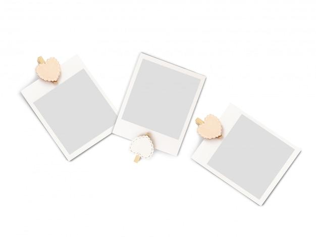 Cadre d'image vide sur des piquets en forme de coeur.