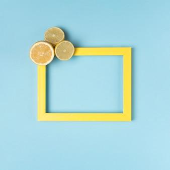 Cadre jaune avec des citrons coupés