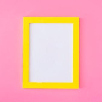 Cadre jaune sur rose