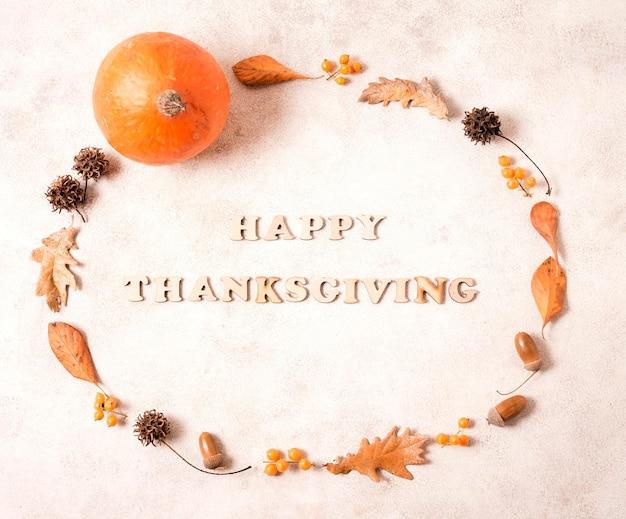 Cadre de joyeux thanksgiving avec des feuilles et des glands