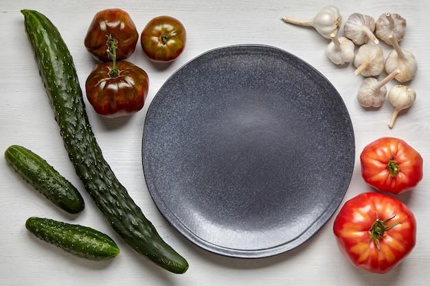 Un cadre de légumes du potager sur une table en bois
