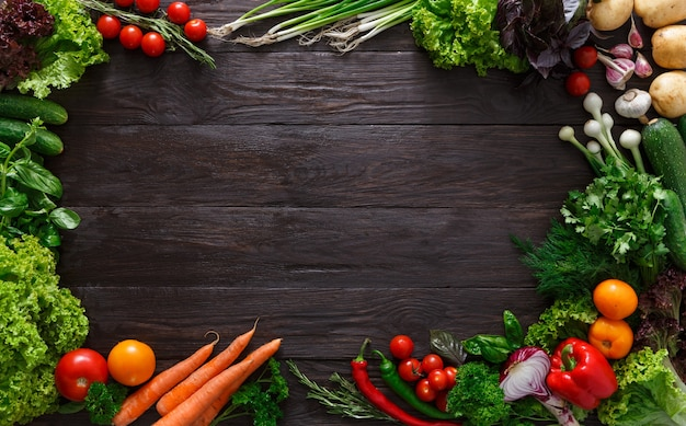 Cadre de légumes frais sur bois avec espace copie