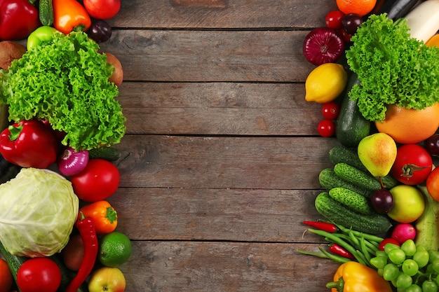 Cadre de légumes frais sur bois