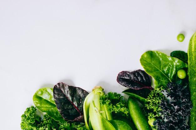 Cadre de légumes verts frais sur un fond de marbre, espace copie, écorcher, vue de dessus