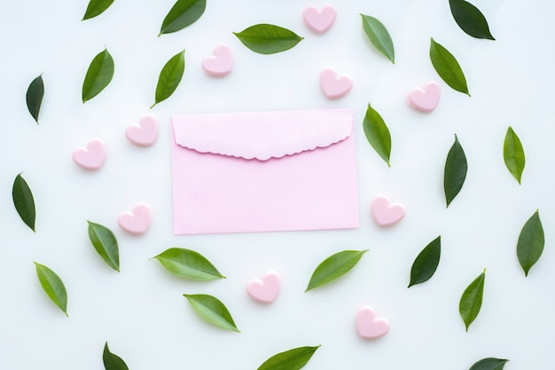 Cadre de lettre et feuille rose sur fond blanc isolé, fond de valentin.