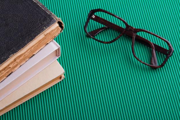 Cadre de lunettes en gros plan avec espace livre et copie